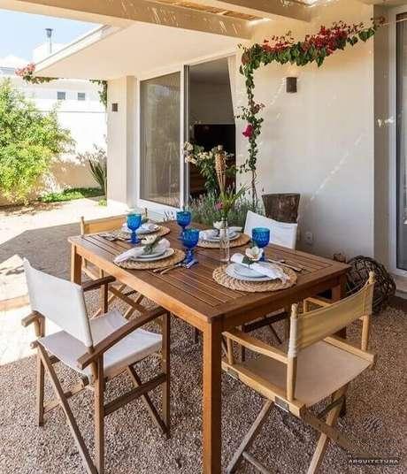 14. Área externa com mesa e cadeira de Madeira. Projeto por Jannini Sagarra Arquitetura
