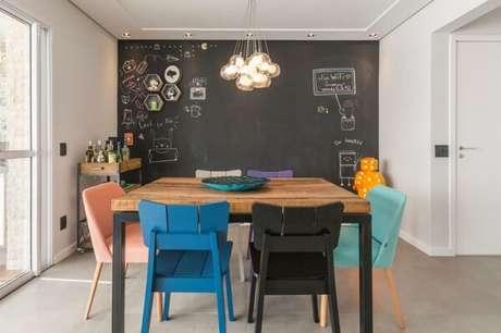 41. As cadeiras de madeira coloridas encantam a decoração do ambiente. Fonte: Pinterest
