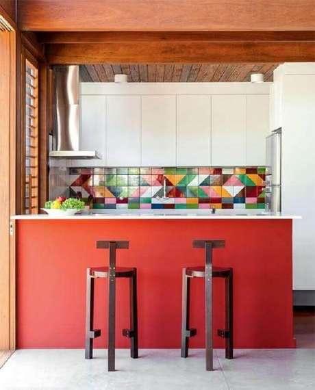 39. Invista em modelos coloridos de azulejo para cozinha para colocar um toque mais divertido no ambiente – Foto: Pinterest
