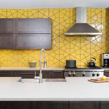 6. O azulejo para cozinha em tom amarelo deixa o ambiente mais iluminado e aconchegante.