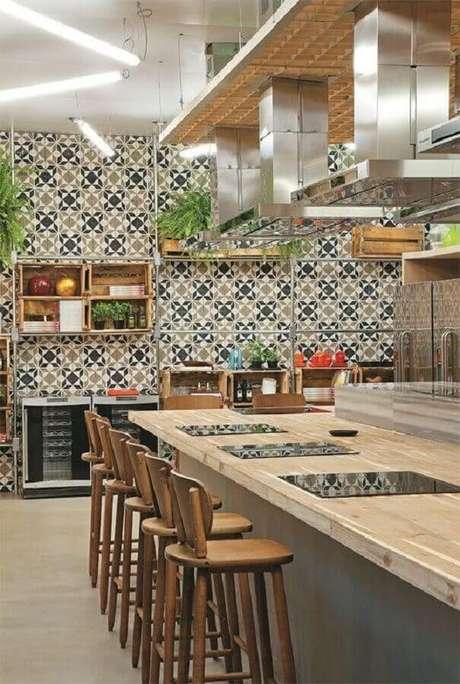 40. Azulejo para cozinha ampla decorada com bancada de madeira e detalhes em inox – Foto: Casa com Moda