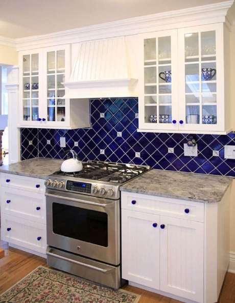 21. Bonita cozinha decorada com azulejo azul.