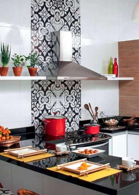41. Azulejo para cozinha simples preta e branca com coifa de inox – Foto: Personalizza Planejados