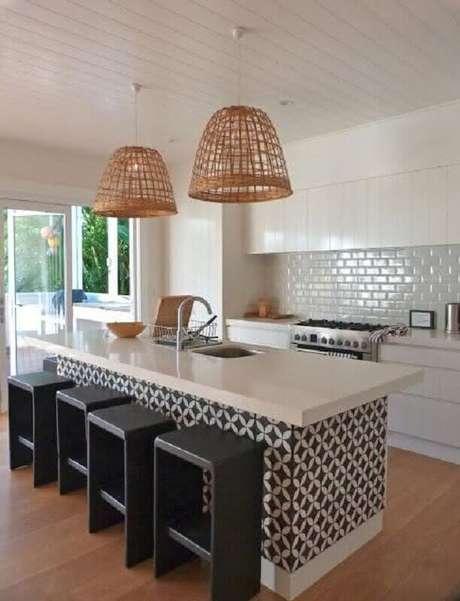 42. Decoração clean com azulejo para cozinha moderna e ampla com ilha e luminária pendente rústica – Foto: Pinterest