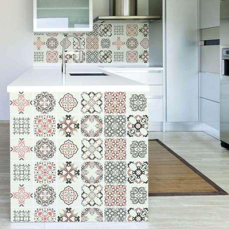 11. Em uma cozinha toda branca o azulejo para cozinha com desenhos ajuda a dar um toque de personalidade ao ambiente