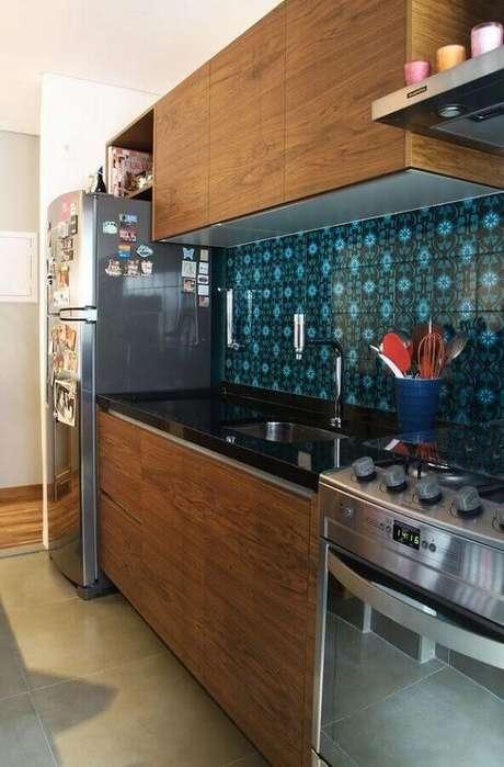 44. Azulejo para cozinha simples com armários de madeira – Foto: Assetproject