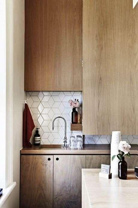 43. Decoração com azulejo para cozinha moderna com armários planejados de madeira – Foto: Assetproject