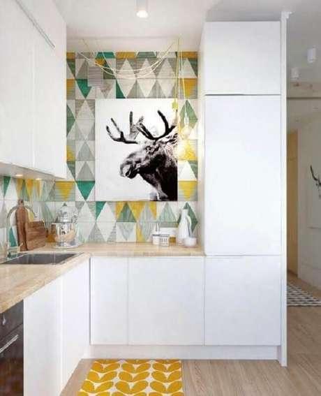 10. Decoração com azulejo colorido para cozinha pequena planejada – Foto: MyHome