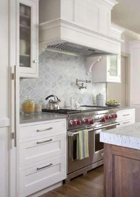 13. Se você quer mudar a sua cozinha mas ainda deixar ela como um ambiente clean, opte por azulejos em tons bem claros e com desenhos discretos