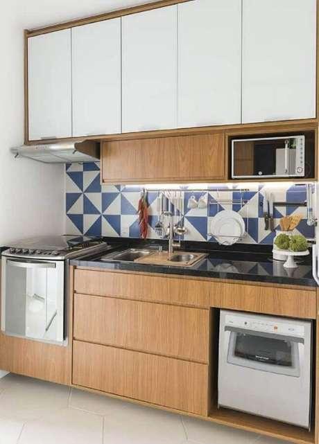 45. Azulejo para cozinha pequena planejada com armários de madeira e forno embutido – Foto: Estúdio URBHA