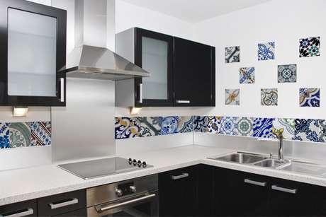 37- Azulejo para cozinha pequena e moderna.