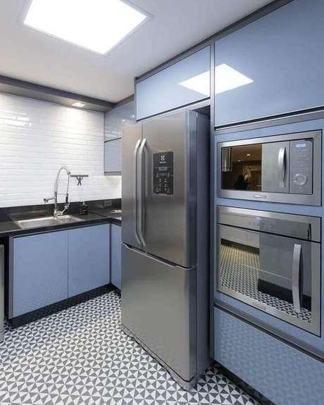 46. Decoração com azulejo para cozinha moderna planejada com armários azuis e forno embutido – Foto: Cynthia Rolnik