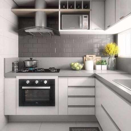 47. Azulejo para cozinha pequena planejada cinza e branca – Foto: Lidiane Nunes