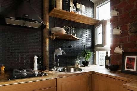 8. O azulejo para cozinha em tom escuro pode criar um ambiente moderno e aconchegante.