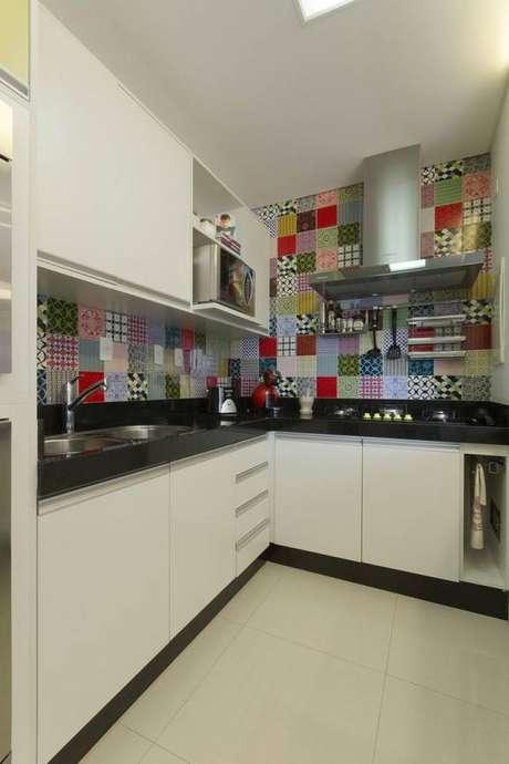 3. Cozinha decorada com móveis modernos e azulejo tradicional.