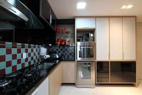 4. Ambiente moderno e aconchegante com azulejo para cozinha em xadrez.