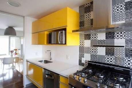 5. O azulejo para cozinha com cor neutra harmoniza a decoração com cores fortes.