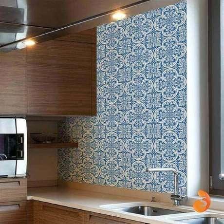 19. O azulejo para cozinha tipo português faz o ambiente ficar mais aconchegante.