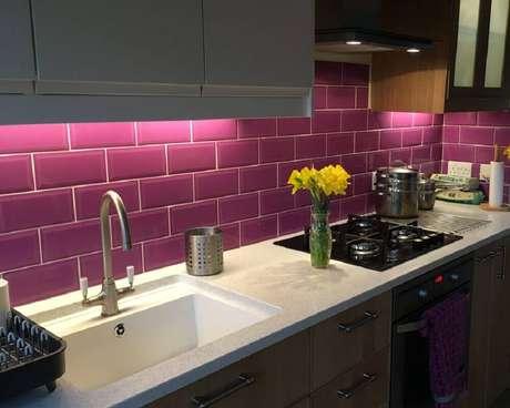 30. O azulejo para cozinha pode ser uma ótima forma de acrescentar mais cor ao ambiente.