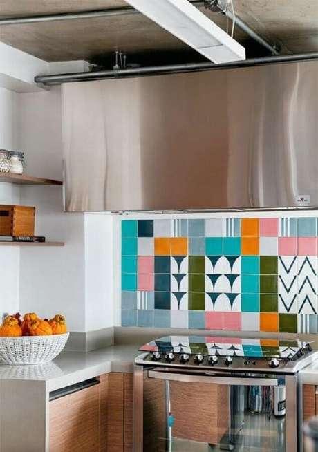 49. Decoração colorida com azulejo para cozinha planejada – Foto: Pinterest