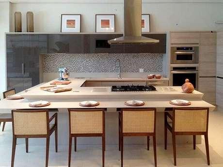 5. Bancada com chanfro branco e cadeiras de madeira para cozinha gourmet. Projeto por Colormix para um Ambiente Ideal