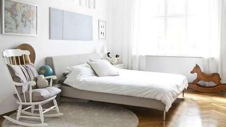 9. Cadeira de balanço de madeira ao lado da cama. Fonte: Westwing