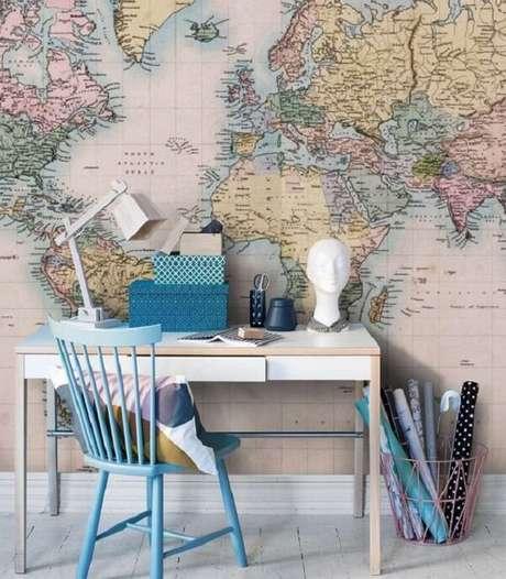 33. Cadeira de madeira azul e piso de madeira branca. Fonte: Revista Viva Decora