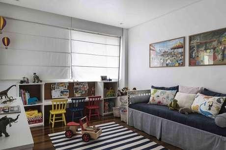 43. Cadeira de madeira colorida e tapete listrado para o quarto das crianças. Projeto por Marcela Pepe
