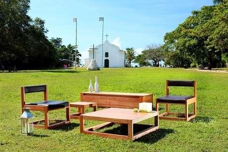 16. Cadeira de Madeira com Assento de Couro Preto. Projeto por Jorge Sanchez