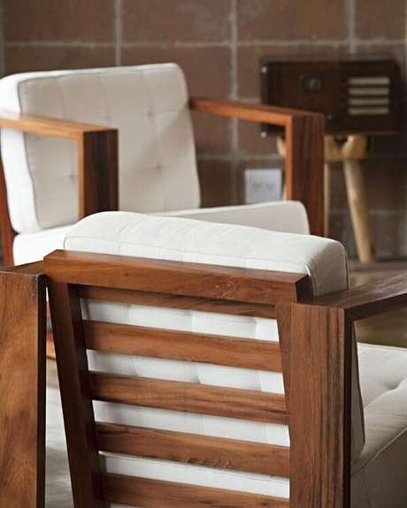 17. Cadeira de madeira com estofado branco. Projeto por Enrico Benedetti