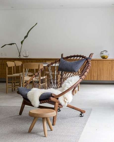 18. Cadeira de madeira com rodinha. Fonte: Felipe Hess