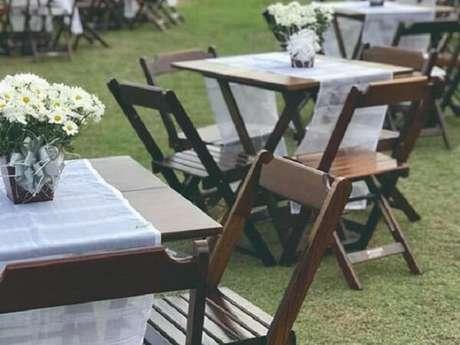 11. Cadeira de madeira dobrável para festa de casamento. Fonte: Pinterest