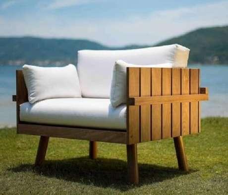 13. Cadeira de madeira estofada com tecido aquacblock específica para ambientes externos. Fonte: Butzke