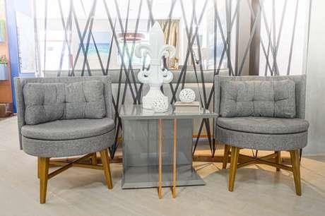 12. Cadeira de madeira estofada traz charme para a decoração do espaço. Fonte: Sgabello