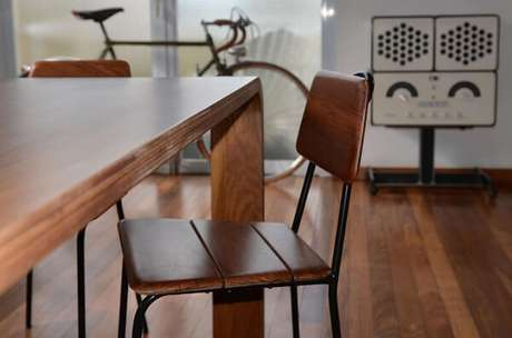 21. Cadeira de madeira com design vintage. Fonte: Desmobilia