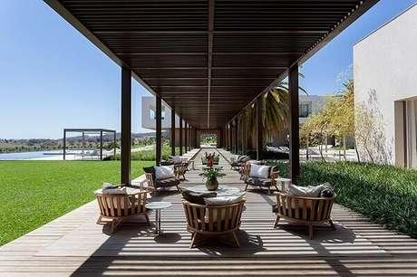 34. Cadeira de madeira para a varanda com pergolado. Projeto por Roberto Migotto