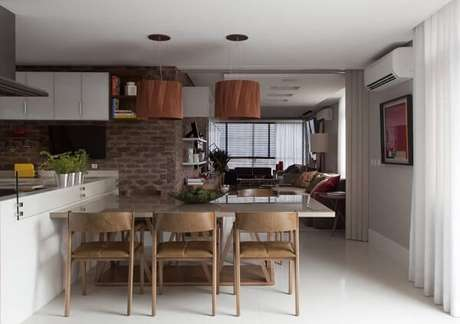 20. Cadeira de madeira para cozinha americana. Projeto por Juliana Pippi