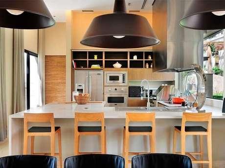 35. Cadeira de madeira para cozinha gourmet. Fonte: Tua Casa