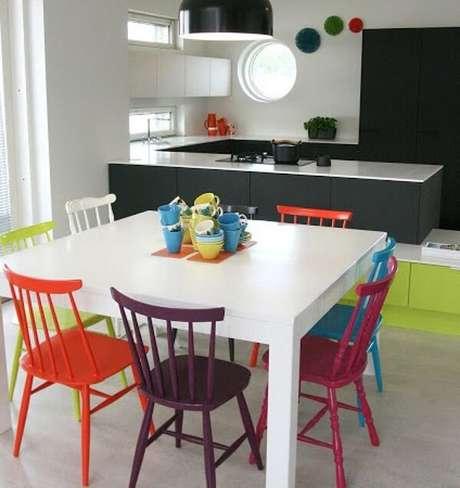 45. Cadeiras de madeira coloridas trazem vida para a cozinha. Fonte: Pinterest