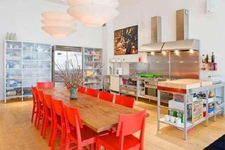 22. Cadeiras de madeira em tom vermelho se destacam no meio da decoração da sala de jantar. Fonte: Pinterest