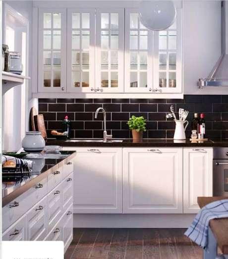 32. O azulejo para cozinha hidráulico escuro deu o toque especial que faltava no ambiente.