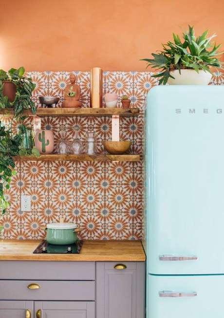 5. Cozinha colorida com geladeira retrô – Por: Ideias Retro