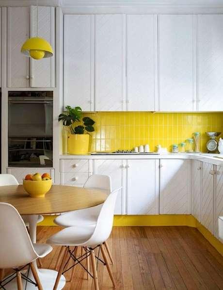 18. O azulejo para cozinha em tom de amarelo faz o ambiente ficar mais iluminado.