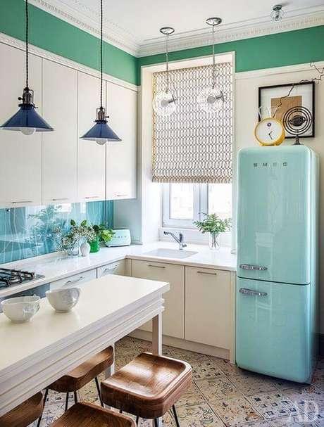 1. Geladeira retrô azul com armários brancos e pendentes azul – Por: De Volta ao Retrô