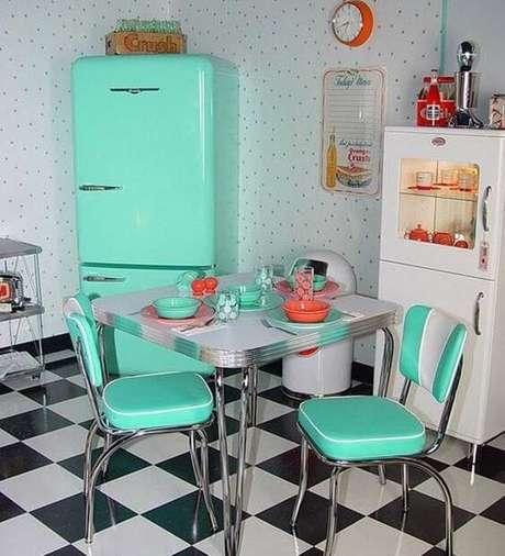 28. Cozinha preta e branca com geladeira retrô tiffany – Por: Pinterest