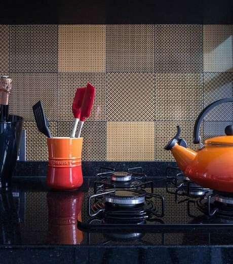 35. Decoração de cozinha retrô com azulejo para cozinha estampado.