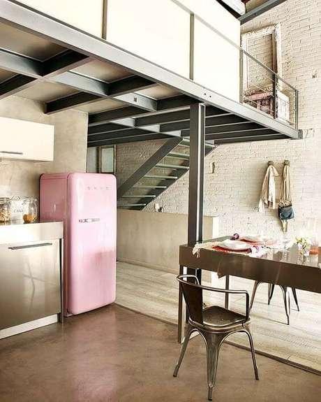 29. Cozinha retrô com geladeira retrô cor de rosa – Por: Pinterest