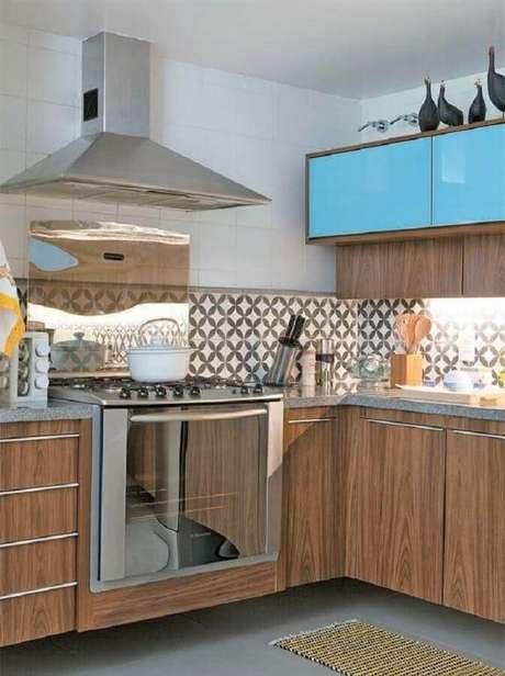 50. Decoração com azulejo para cozinha planejada com armários de madeira e armário aéreo azul turquesa – Foto: Fresh Design Pedia