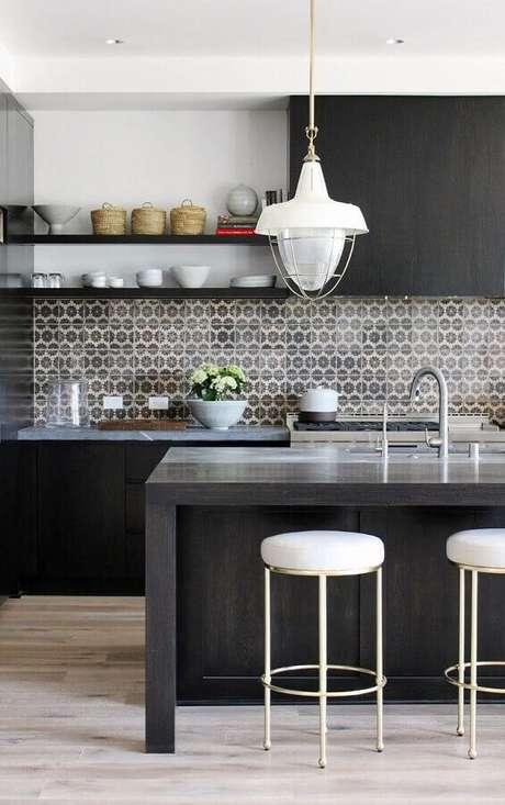 51. Decoração com pendente grande e azulejo para cozinha moderna preta com ilha – Foto: Cut & Paste