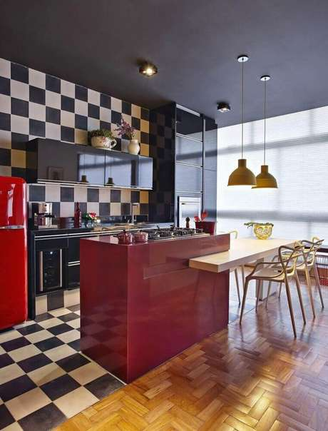 22. Essa ambiente em estilo americano ficou super diferente e bonito com o azulejo para cozinha xadrez.